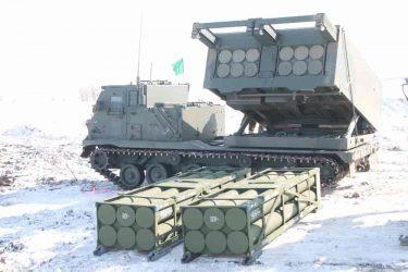 自衛隊も配備するM270MLRS多連装砲ロケットシステム
